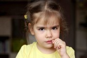 هر آنچه که باید در مورد ناخن جویدن کودکان بدانید