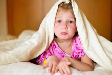چرا بچهها موقع خوابیدن مقاومت میکنند؟
