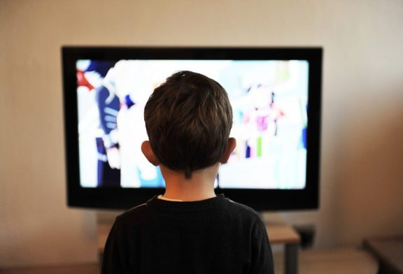 خطر ابتلا به بیش فعالی با تماشای تلویزیون