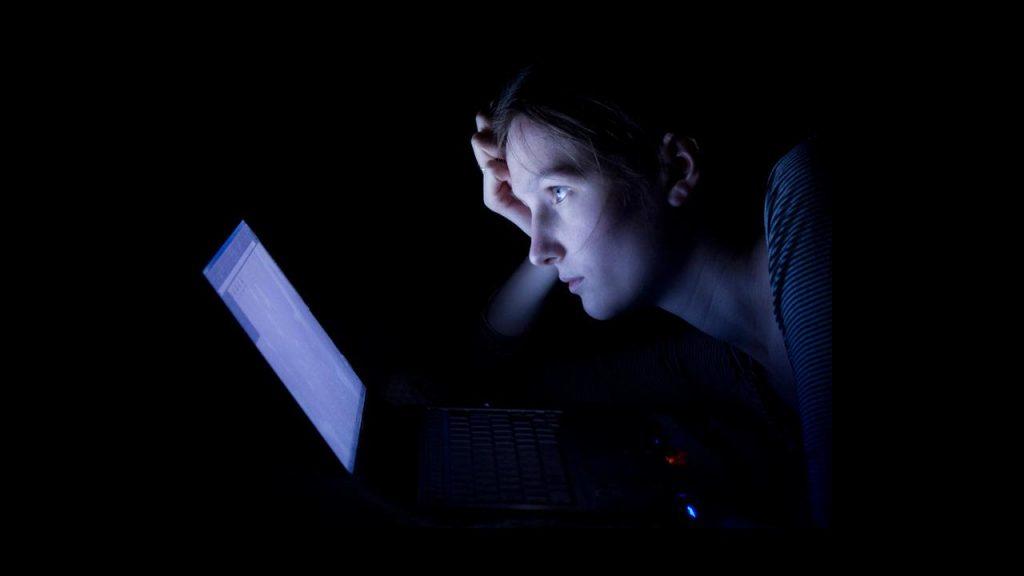 آزار و اذیت اینترنتی نوجوانان