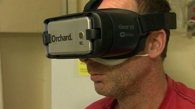 فرد مبتلا به فیبروز کیستیک عینک ویآر را بر چشم میگذارد و خود را در حال تماشای تصویر زیر میبیند.