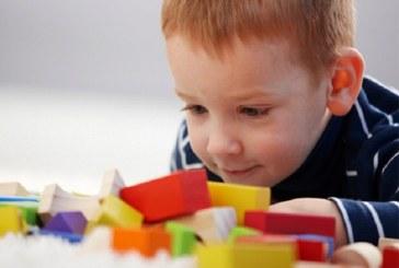 اوتیسم چیست و علائم ابتلا به اوتیسم در کودکان